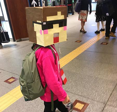金沢駅構内でマイクラコスのままの息子